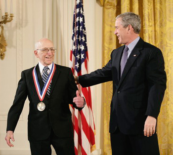 Ralph Baer, recibiendo la Medalla Nacional de Tecnología de Estados Unidos en 2006
