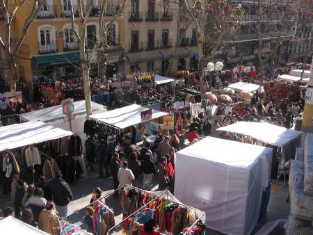 El popular Rastro madrileño, abarrotado de gente